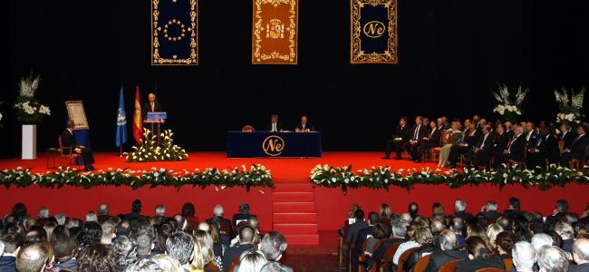 En la foto, la ceremonia de entrega del Premio Nueva Economía Fórum 2013 al secretario general de Naciones Unidas